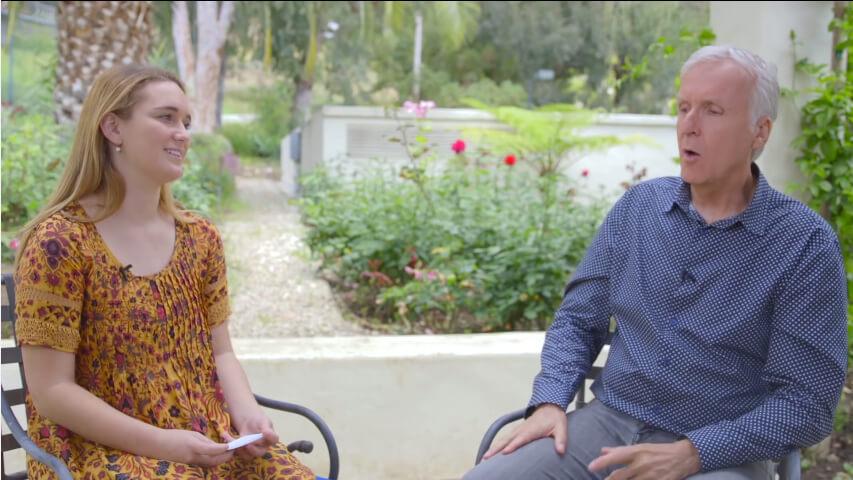 ジェームズ・キャメロン監督(右)。今年で62歳、さすがに老けた? https://www.youtube.com/watch?v=LLE0QXytO6w