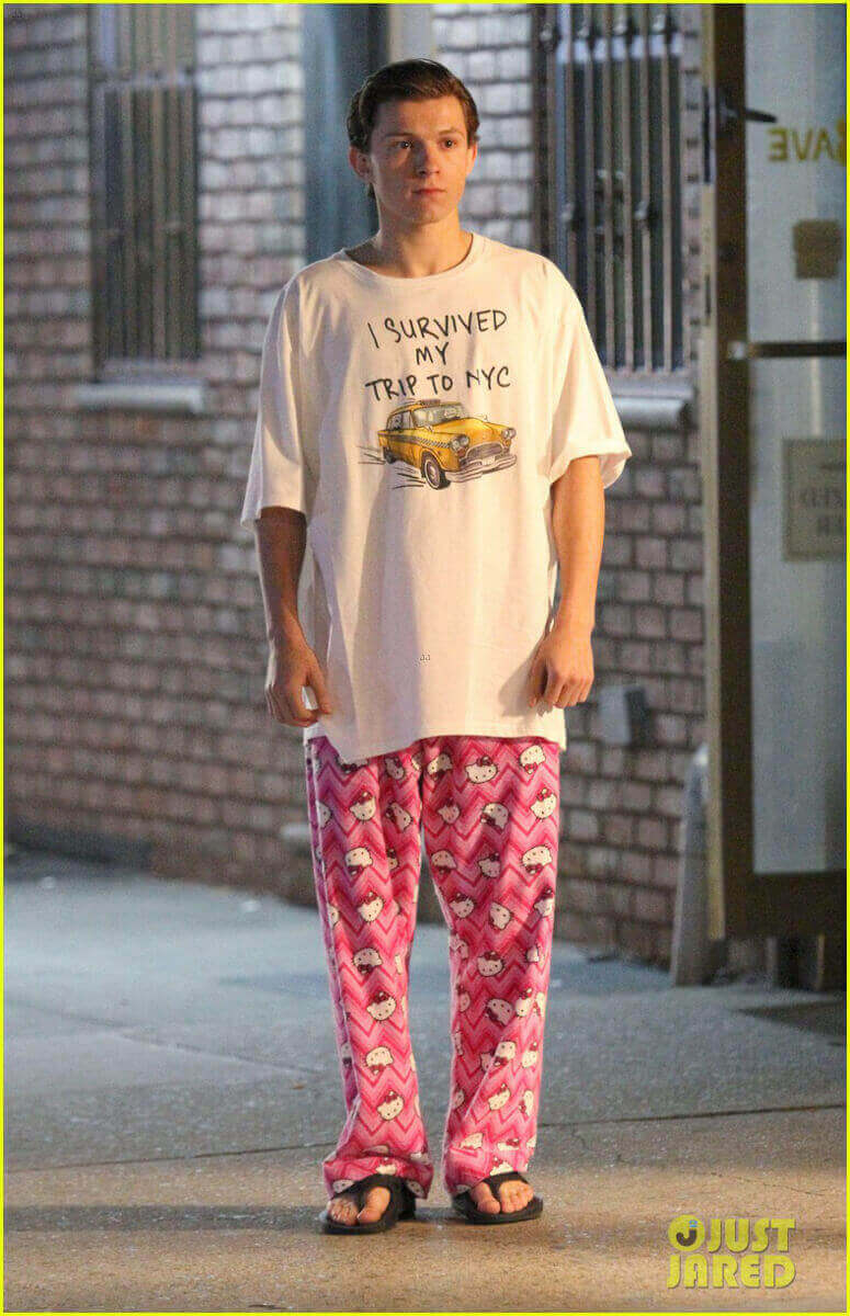 夜の街だが、なぜかパジャマ姿のピーター。Tシャツの文字に注目。 http://www.justjaredjr.com/2016/09/27/tom-holland-wears-hello-kitty-pjs-for-spider-mann-homecoming-scenes/