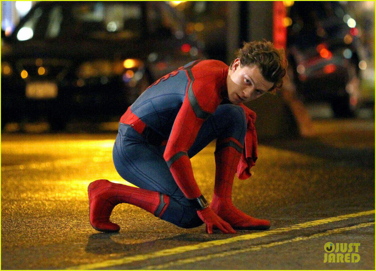 スパイダーマンのスーツに身を包んで登場。 http://www.justjaredjr.com/2016/09/27/tom-holland-wears-hello-kitty-pjs-for-spider-mann-homecoming-scenes/