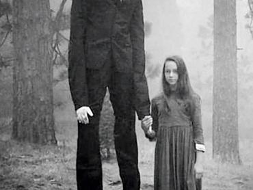 【閲覧注意】スレンダーマンにご用心!異常に背が高く手足が長い、都市伝説に登場する恐怖を扱ったドキュメンタリー映画『BEWARE THE SLENDERMAN』