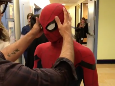 トム・ホランド、スパイダーマン姿で小児病院を訪問、しかし子どもはバットマンのファンだった