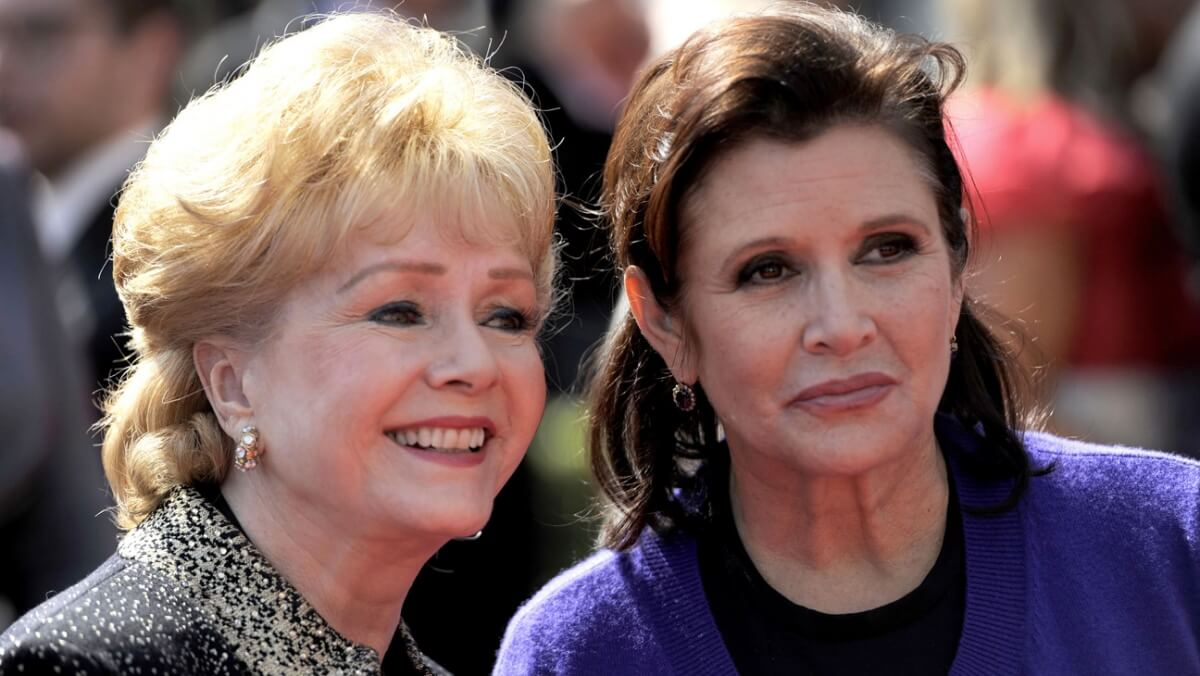 左:デビー・レイノルズ、右:キャリー・フィッシャー (AP Photo/Chris Pizzello) http://www.hollywoodreporter.com/news/carrie-fisher-present-mother-debbie-761420