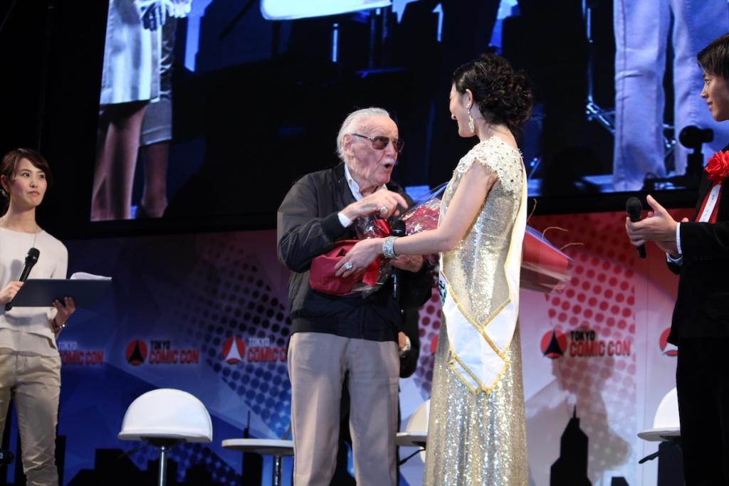 ミス・インターナショナル日本代表、筒井菜月さんがステージに登場、御大、鼻の下が一瞬で伸びる