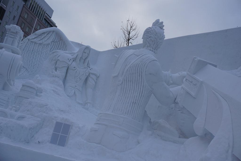 誕生30周年を迎えるRPGゲーム『ファイナルファンタジー』の大雪像。バスターソードのデカさに驚き…!