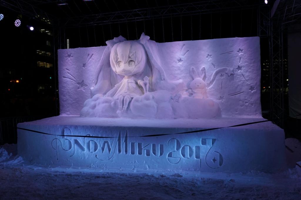 言わずと知れた初音ミク(雪ミク)さんの雪像。ライトアップされた姿も可愛いです…!