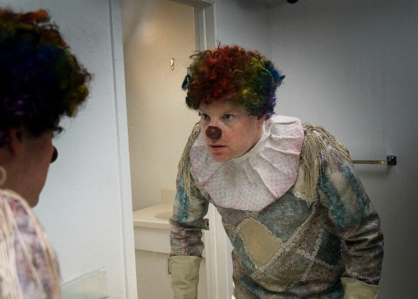 """日本では道化師を""""ピエロ""""と呼びがちだが、厳密には、ピエロはサーカスの「一番のおどけ役」を指すという。 (『クラウン』より © 2014 Vertebra Clown Film Inc.) http://horrorfreaknews.com/clown-2016-review"""