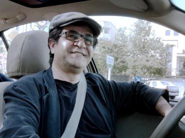 【レビュー】出会いで全てが駆動する『人生タクシー』、その外側につながる世界