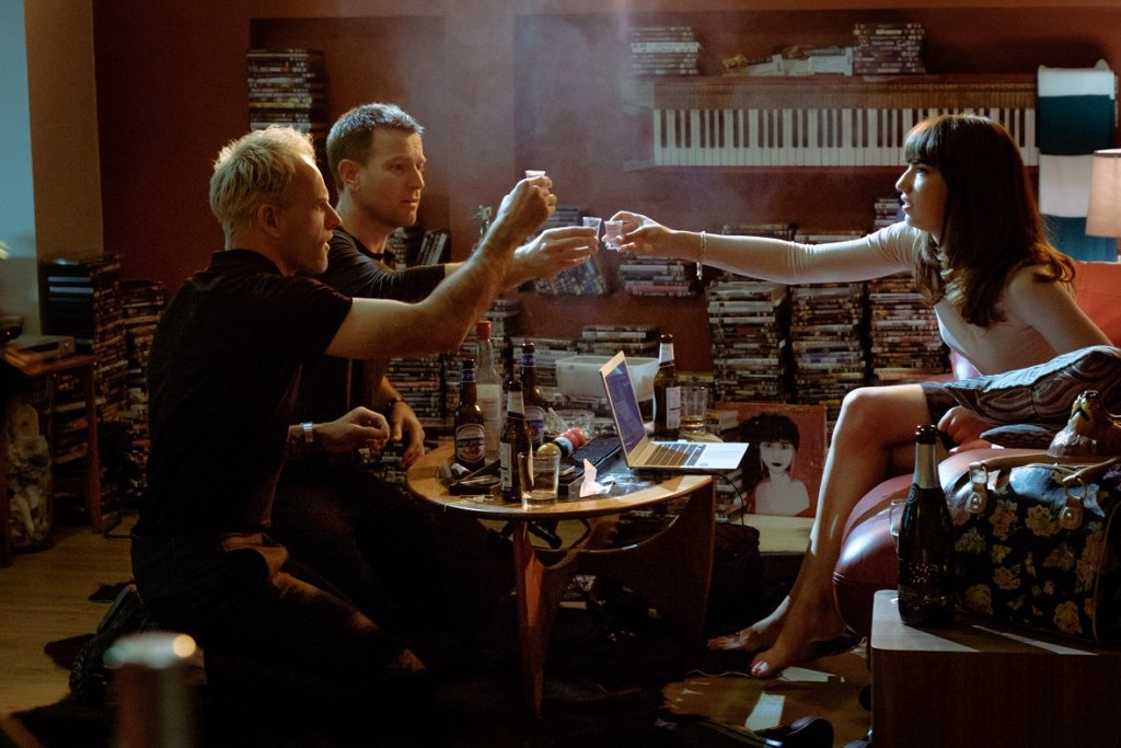 Simon (Jonny Lee Miller), Renton (Ewan McGregor) and Veronika (Anjela Nedyalkova) drinking in SimonÕs flat in TriStar PicturesÕ T2 TRAINSPOTTING