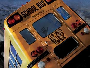バスを飲み込む巨大穴の恐怖! 陥没事故の恐怖を描いた少しおバカなパニック・ディザスター『地盤沈下 シンクホール』DIGITAL SCREENで上映中!