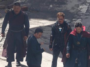 『アベンジャーズ / インフィニティ・ウォー』撮影風景の写真が到着!トニー&ストレンジらが破壊されたニューヨークを歩く