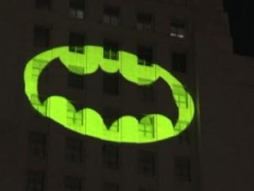 バットマン俳優、故アダム・ウェストの追悼式が開催される ロサンゼルス市庁舎にバットシグナルが点灯