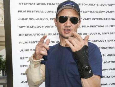 ジェレミー・レナー、映画撮影中に肘・手首を骨折 ― 『アベンジャーズ』撮影再開までには回復へ
