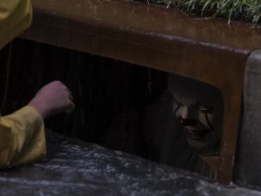 """『IT/イット """"それ""""が見えたら、終わり。』続編へ続くペニーワイズの恐怖 ─ いま、わかっていること"""
