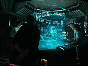 『エイリアン:コヴェナント』冒頭シーンの「あの人」、もっと出番が多いはずだった? ― 脚本家・監督が裏話を語る
