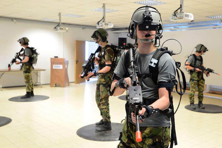 VRで訓練を実施するオランダ王国陸軍兵士。2013年。