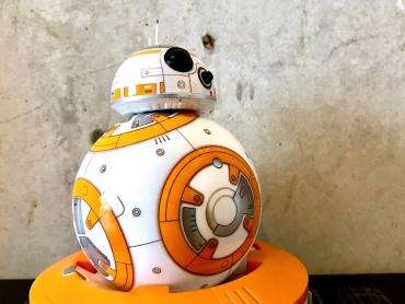 新キャラ人気に「BB-8」思わずヤケ酒 ― 『スター・ウォーズ/最後のジェダイ』新旧カワイイ枠の覇権争いへ