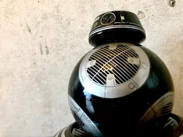 『スター・ウォーズ/最後のジェダイ』邪悪な新ドロイド・BB-9Eの役割と謎 ― ルーク&ダース・ベイダーとのリンクも