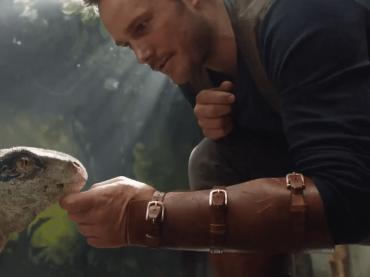 映画『ジュラシック・ワールド』続編、初の動画到着 ─ オーウェン役クリス・プラットが赤ちゃん恐竜とじゃれあう