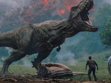 『ジュラシック・ワールド/炎の王国』米国版新予告編が公開される ― 新たな恐竜、寝室に現る