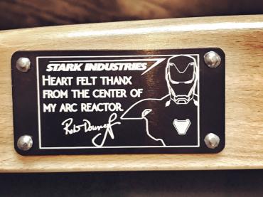 ロバート・ダウニー・Jr.、『アベンジャーズ』スタッフ全員に名入チェアをプレゼント ─ 「アーク・リアクターの心の底から感謝」
