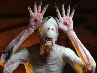 デル・トロ監督『パンズ・ラビリンス』のトラウマ「ペイルマン」が強烈フィギュアに ─ 玉座は初立体化