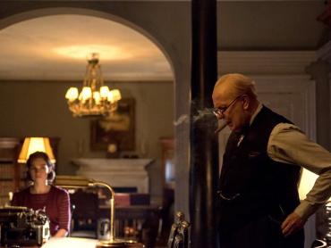 『ウィンストン・チャーチル』役づくりは「スタミナの訓練」 ― ゲイリー・オールドマン、ニコチン中毒になっていた