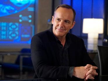 『キャプテン・マーベル』のフィル・コールソンは「S.H.I.E.L.D.に入ったばかりの新人」 ─ 映画『アイアンマン』とのつながりも