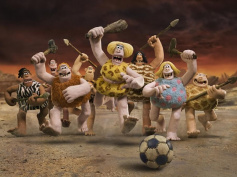 特訓半端ないって! 『アーリーマン ~ダグと仲間のキックオフ!~』原始人チーム、命がけのサッカーに満面の笑顔で挑む