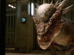 『ジュラシック・ワールド/炎の王国』より、大人気「スティギー」の登場シーンが公開! 新恐竜、小さい身体で猪突猛進