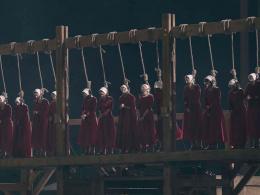 絞首台に並ぶ女たち ─ 「ハンドメイズ・テイル/侍女の物語」シーズン2、衝撃の予告編映像が公開